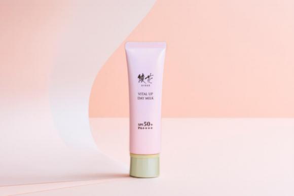 綾花 日中の強力な紫外線から肌を守り、しっとりうるおう日中用乳液 『綾花 バイタル アップ デー ミルク』新発売